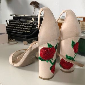 Pretty cream colored heels with embroidered roses